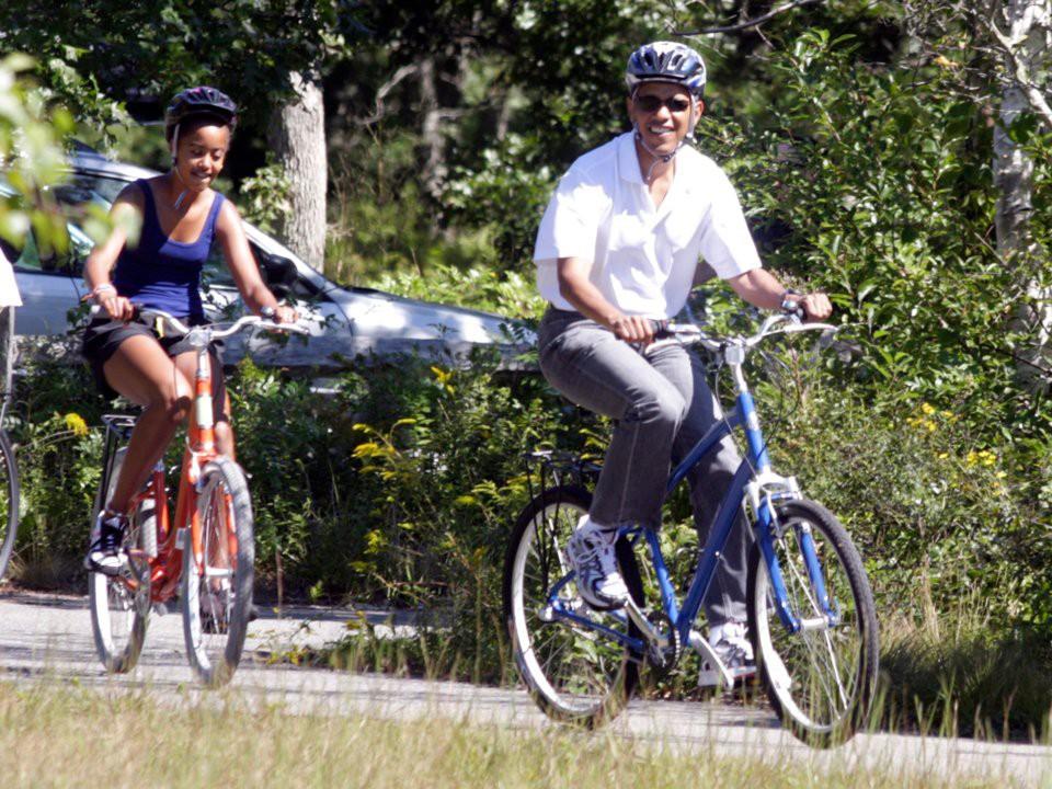 Gia đình Obama cũng đã đầu tư vào bất động sản. Họ cần một nơi ở mới sau khi rời Nhà Trắng, vì vậy họ đã mua một căn biệt thự rộng 8.200m2 ở Washington với giá 8,1 triệu USD. Đó chính là căn biệt thự họ từng thuê trước đó.