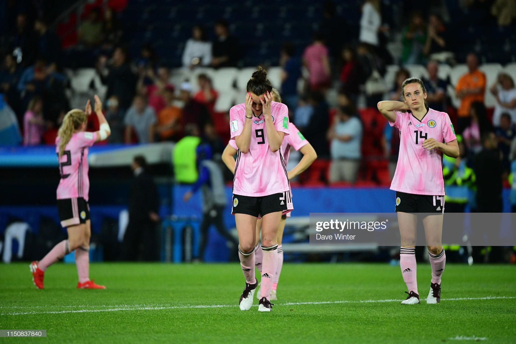 Dẫn trước 3 bàn nhưng bị gỡ hòa trong vỏn vẹn 20 phút, tuyển nữ Scotland bật khóc nức nở khi bị loại khỏi World Cup nữ 2019 - Ảnh 2.