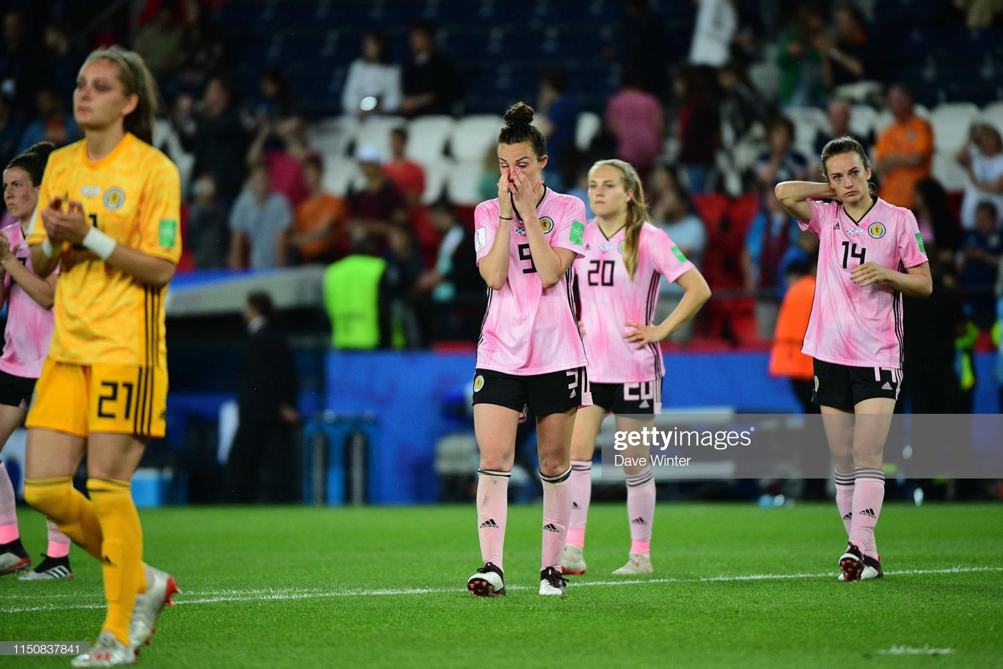 Dẫn trước 3 bàn nhưng bị gỡ hòa trong vỏn vẹn 20 phút, tuyển nữ Scotland bật khóc nức nở khi bị loại khỏi World Cup nữ 2019 - Ảnh 3.