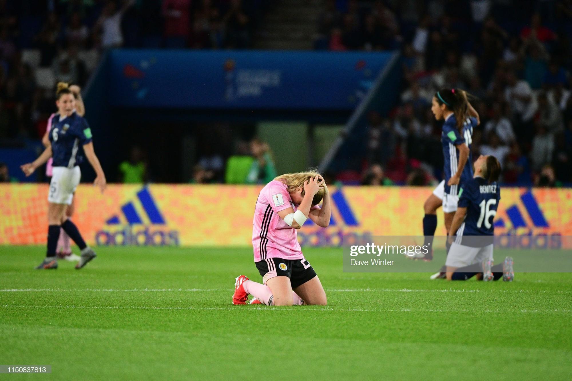 Dẫn trước 3 bàn nhưng bị gỡ hòa trong vỏn vẹn 20 phút, tuyển nữ Scotland bật khóc nức nở khi bị loại khỏi World Cup nữ 2019 - Ảnh 4.