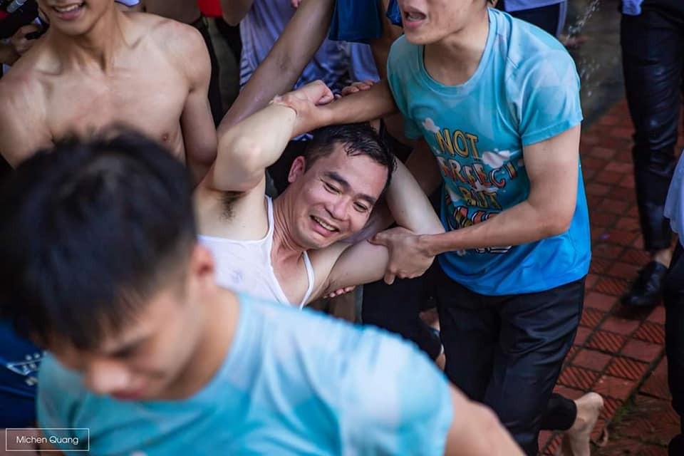 Khơi mào màn ném bóng nước với học sinh, thầy bí thư bị ném lại không trượt phát nào trong buổi học cuối cùng - Ảnh 2.
