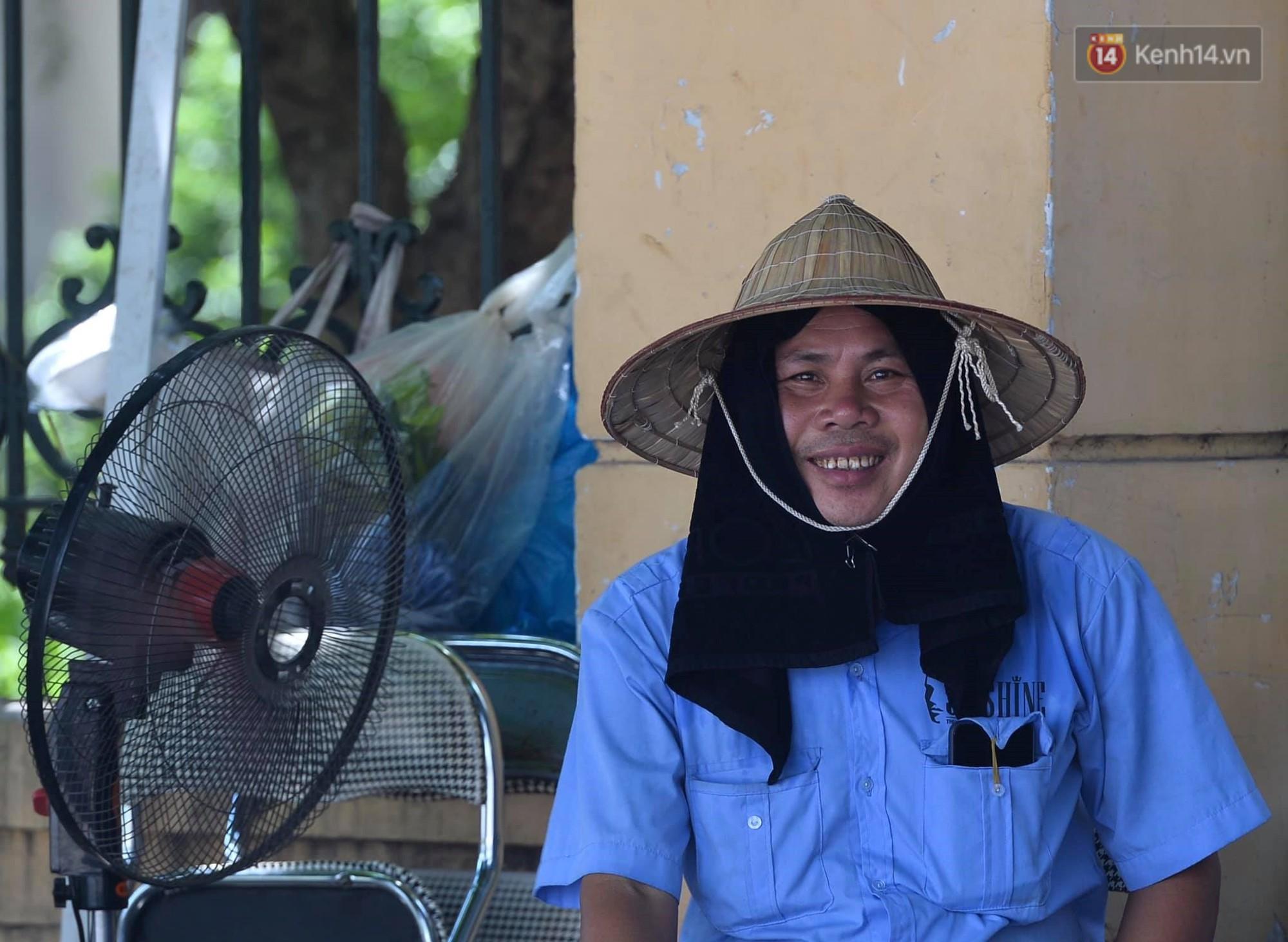 Ảnh: Người dân Thủ đô vật vã chống chọi với nắng nóng kinh hoàng trên 40 độ C, khăn mặt ướt trùm đầu trở thành vật cứu cánh - Ảnh 8.