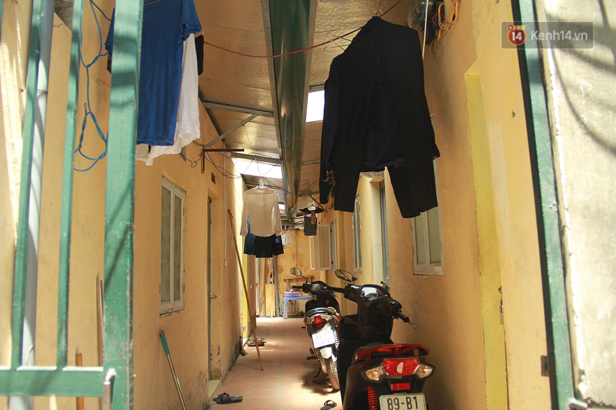 Dân xóm nghèo oằn mình trong những căn phòng trọ lợp mái tôn gần 50 độ C giữa lòng Hà Nội: Cái nóng hầm hập như muốn luộc chín người - Ảnh 6.