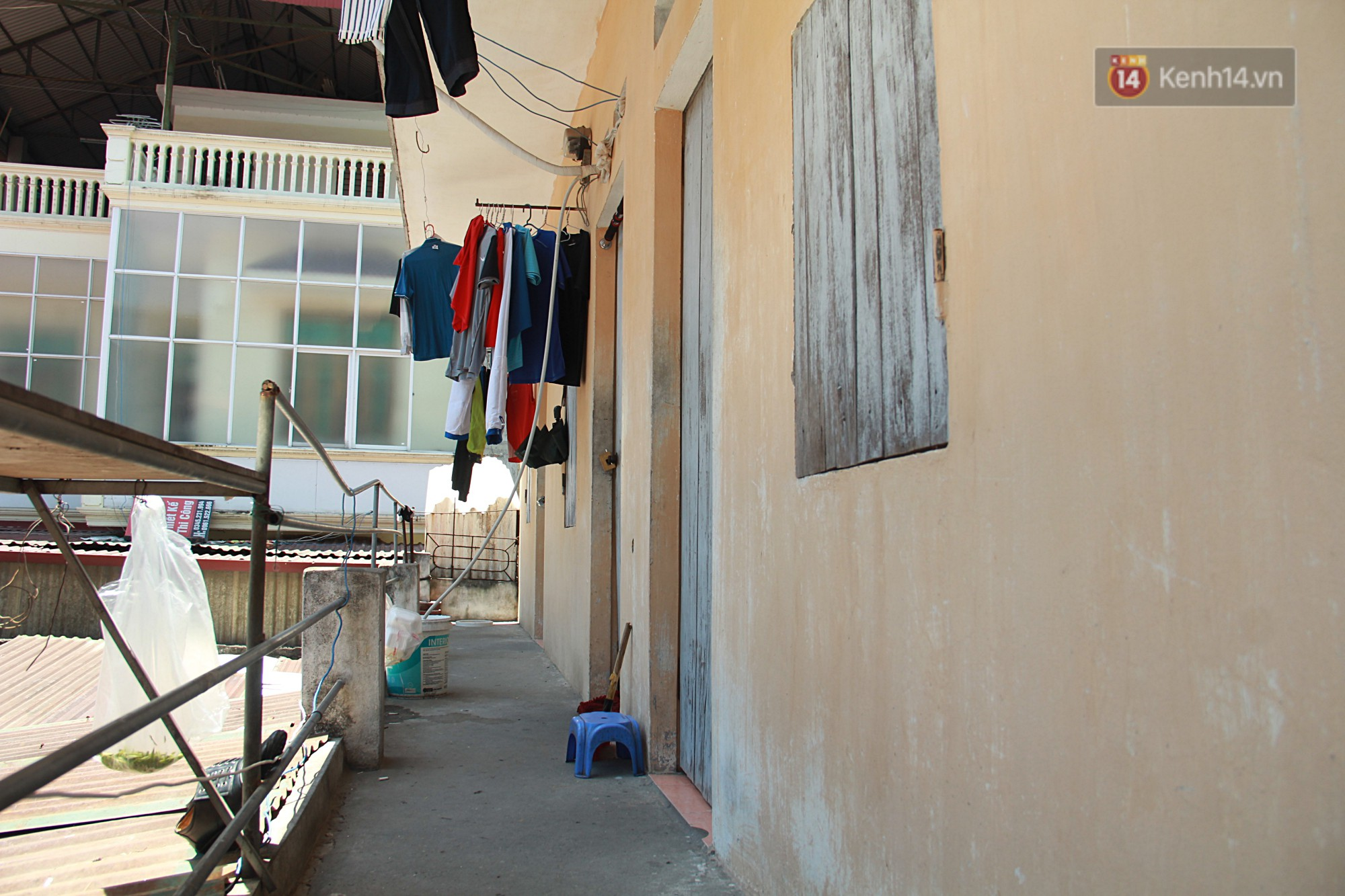 Dân xóm nghèo oằn mình trong những căn phòng trọ lợp mái tôn gần 50 độ C giữa lòng Hà Nội: Cái nóng hầm hập như muốn luộc chín người - Ảnh 7.