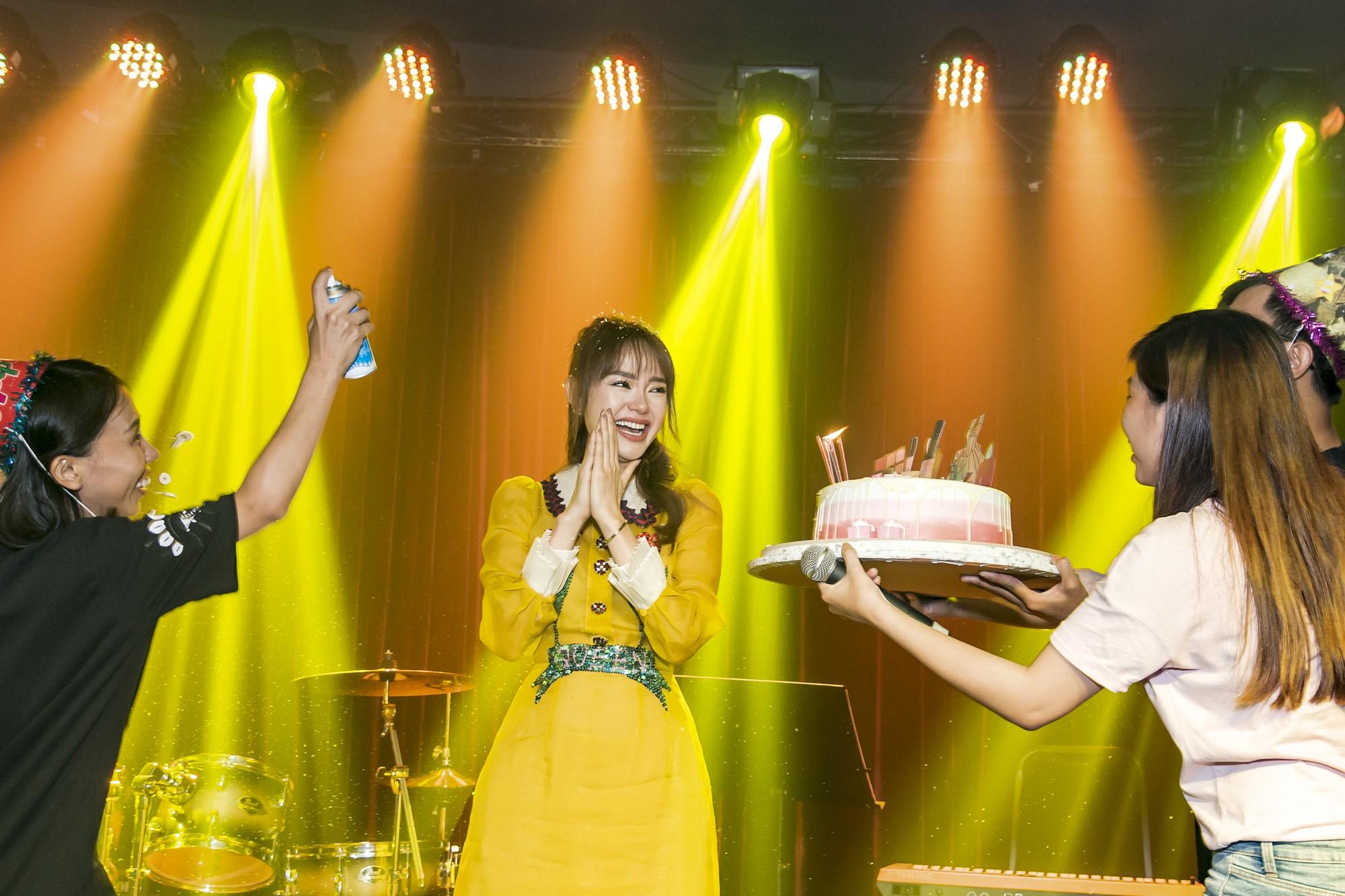 Hội fan cứng 10 năm đột kích, tổ chức sinh nhật bất ngờ khiến Minh Hằng khóc nức nở - Ảnh 8.