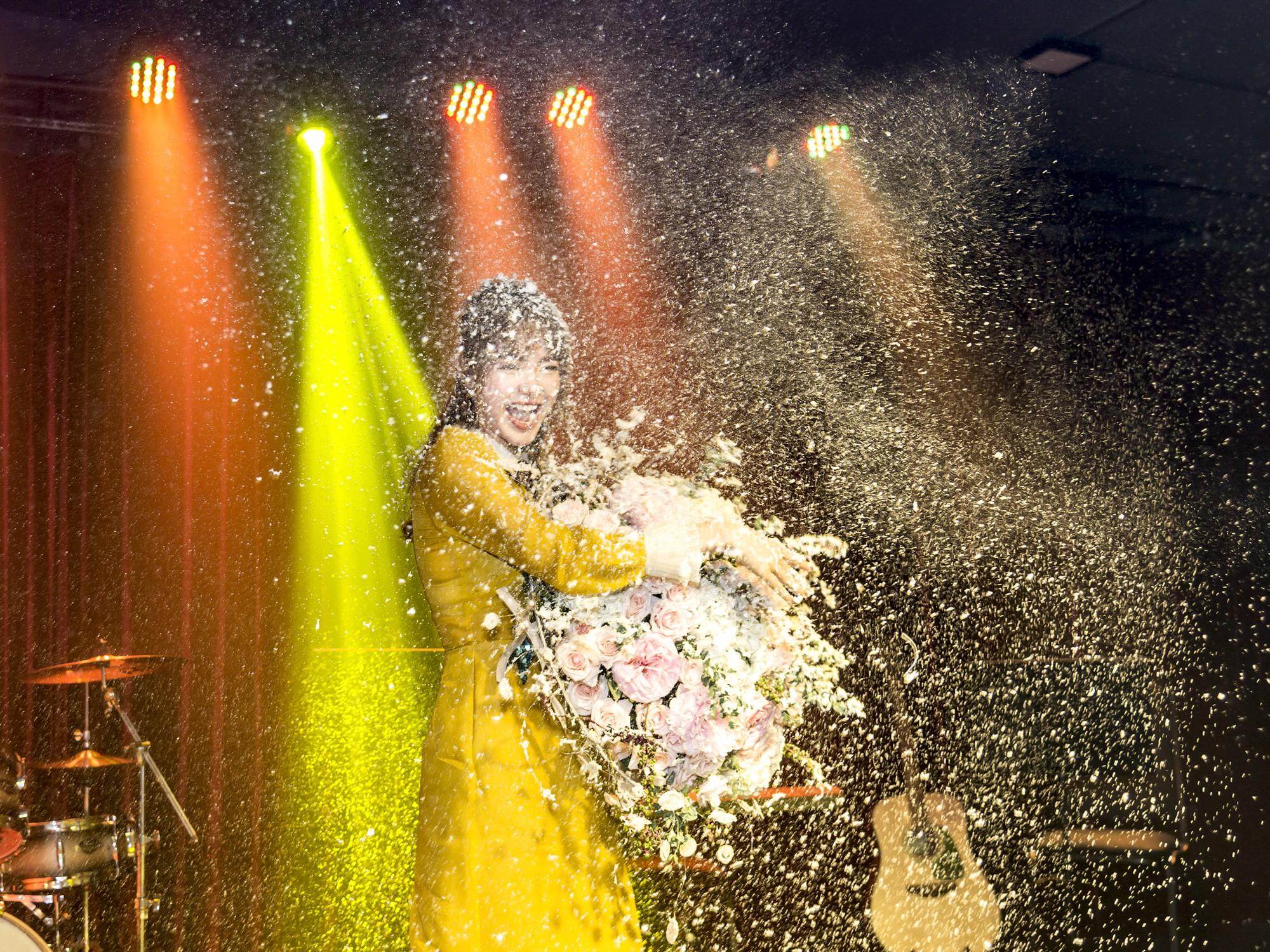 Hội fan cứng 10 năm đột kích, tổ chức sinh nhật bất ngờ khiến Minh Hằng khóc nức nở - Ảnh 1.
