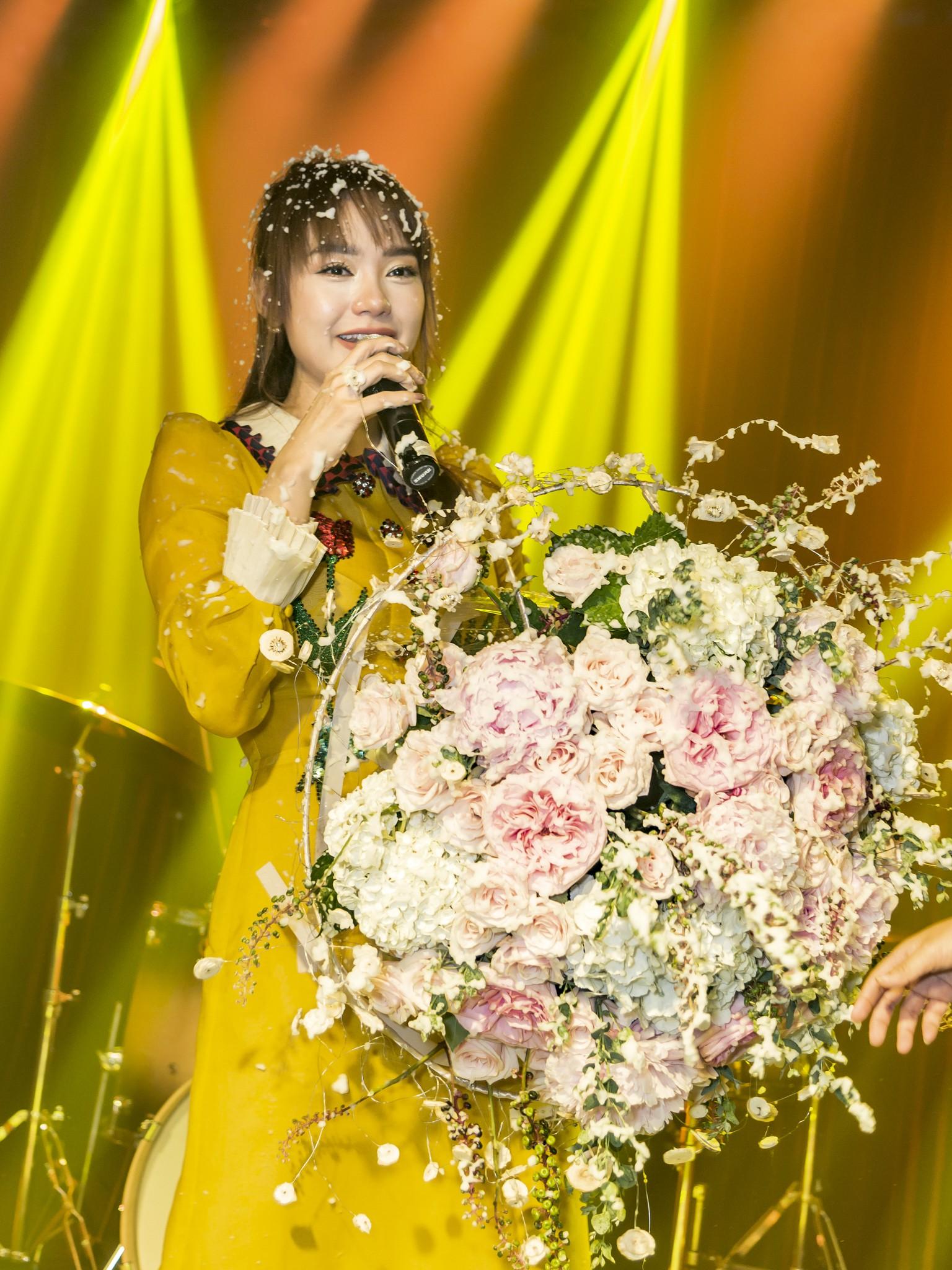 Hội fan cứng 10 năm đột kích, tổ chức sinh nhật bất ngờ khiến Minh Hằng khóc nức nở - Ảnh 2.