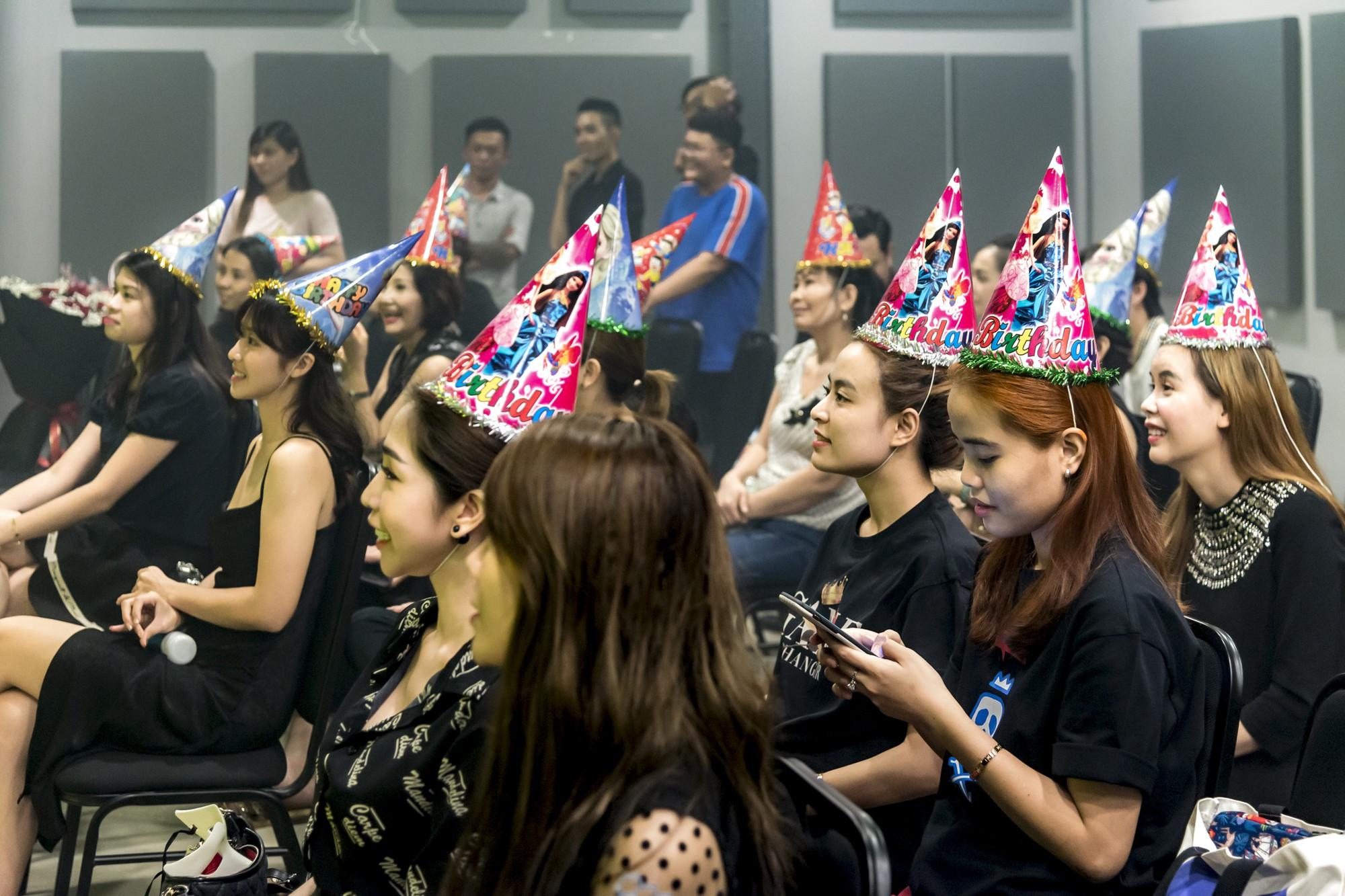 Hội fan cứng 10 năm đột kích, tổ chức sinh nhật bất ngờ khiến Minh Hằng khóc nức nở - Ảnh 9.