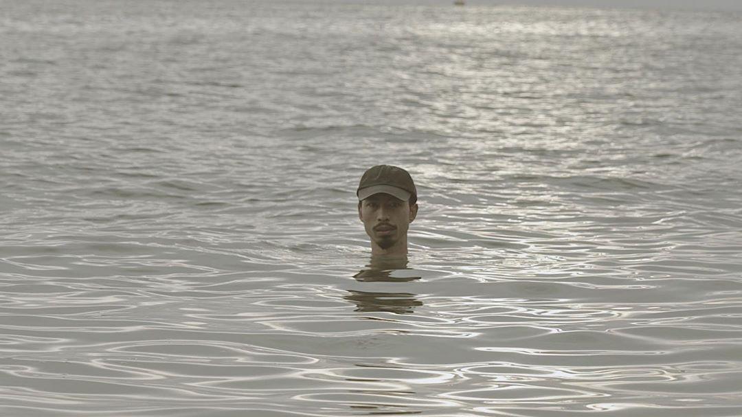"""Hé lộ cảnh """"chôn mình dưới cát"""" bị cắt trong MV mới, nhưng Đen Vâu khuyên fan đi biển tuyệt đối không nên làm theo vì lý do này - Ảnh 1."""