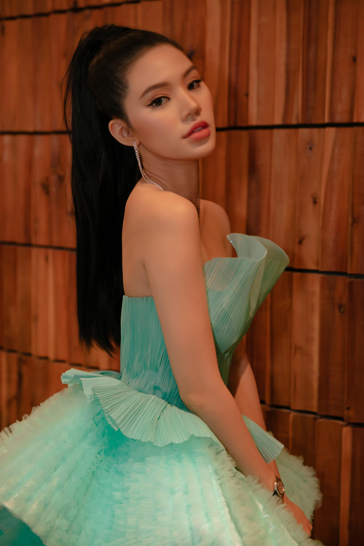 Thảm đỏ lố nhất Việt Nam: Nếu Phương Khánh là đóa hoa thì Jolie Nguyễn chính là giấy gói quà, riêng Nam Em quên... mặc quần - Ảnh 5.