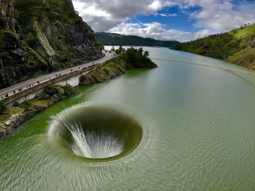 Sự thật về xoáy nước khổng lồ tại một hồ nước ở Mỹ: Không phải là con đường dẫn đến hố đen vũ trụ như nhiều người lầm tưởng - Ảnh 3.