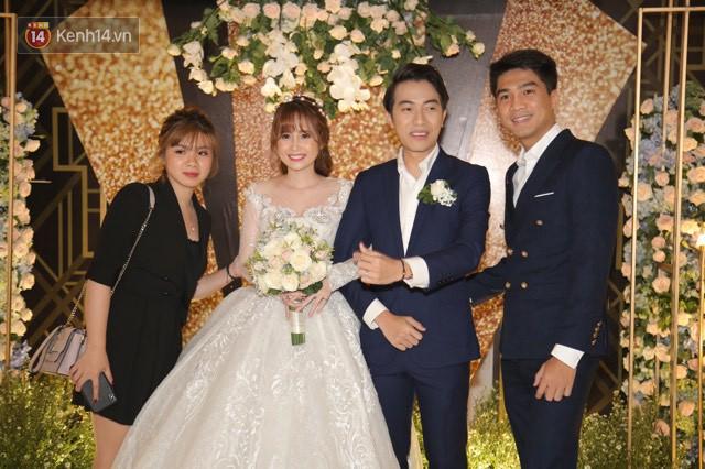 Tia nhanh khoảnh khắc PewPew cười nói vui vẻ với bạn gái trong đám cưới Cris Phan: Yêu rồi có khác! - Ảnh 1.