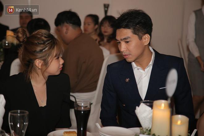 Tia nhanh khoảnh khắc PewPew cười nói vui vẻ với bạn gái trong đám cưới Cris Phan: Yêu rồi có khác! - Ảnh 4.