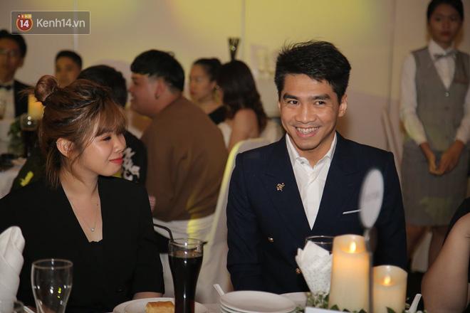 Tia nhanh khoảnh khắc PewPew cười nói vui vẻ với bạn gái trong đám cưới Cris Phan: Yêu rồi có khác! - Ảnh 3.