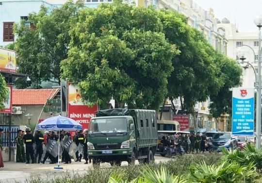 Huy động khẩn hàng chục cảnh sát tới biển Hải Tiến ngăn chặn xô xát - Ảnh 3.