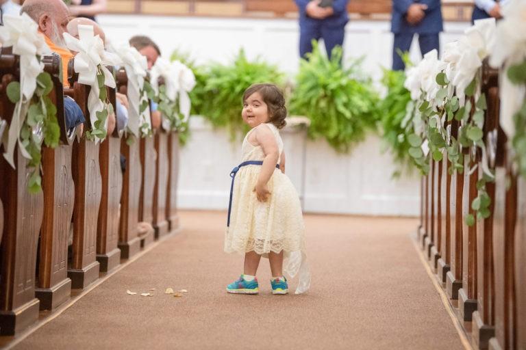 Câu chuyện ít ai biết đằng sau bức ảnh đáng yêu của cô bé phù dâu nhí 3 tuổi khiến nhiều người có thêm niềm tin vào cuộc sống - Ảnh 1.