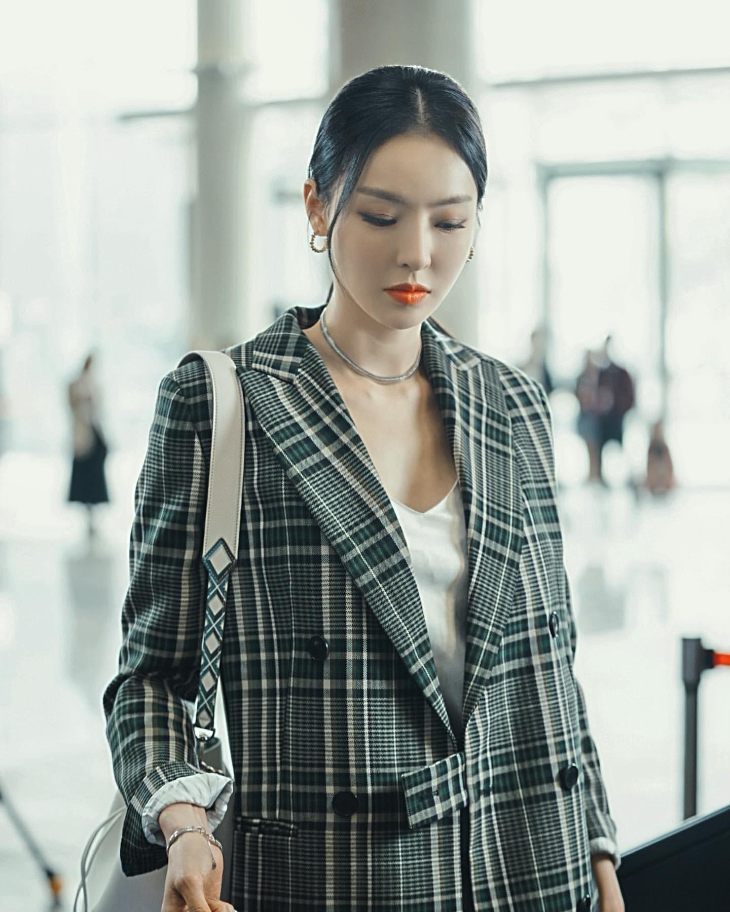 Phim Hàn gần đây có thể ảm đạm, nhưng thời trang trong đó vẫn là nguồn cảm hứng dạt dào cho chị em công sở - Ảnh 14.