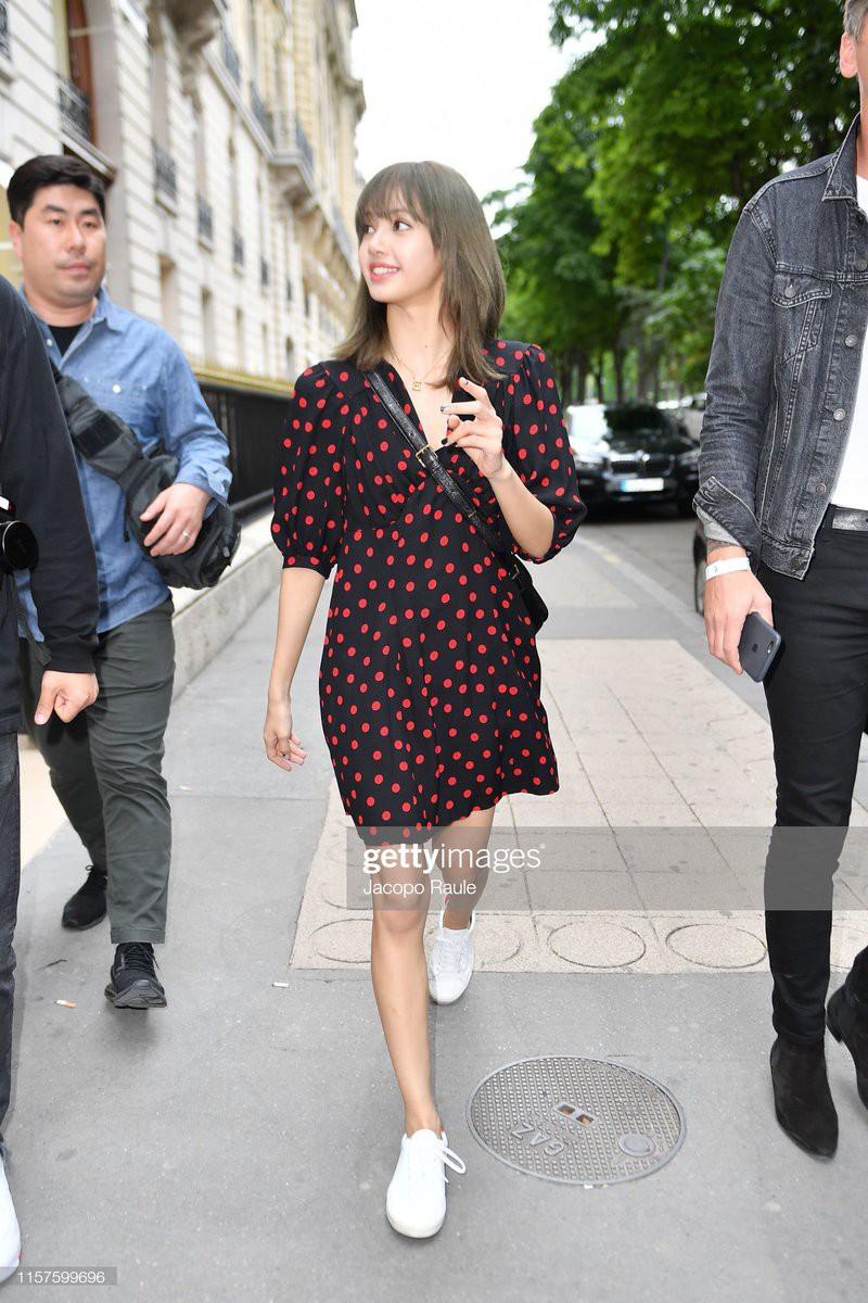 Chưa đi sự kiện, em út BLACKPINK đã khiến nhiếp ảnh gia Paris náo loạn chỉ vì... dạo phố mà như chụp tạp chí - Ảnh 2.