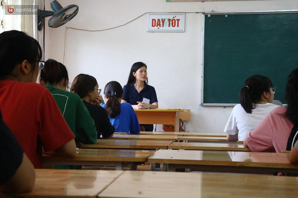 Học sinh ngồi ngay ngắn trong phòng nghe phổ biến quy chế và hoàn thành các thủ tục cần thiết (Ảnh: Vân Trang)