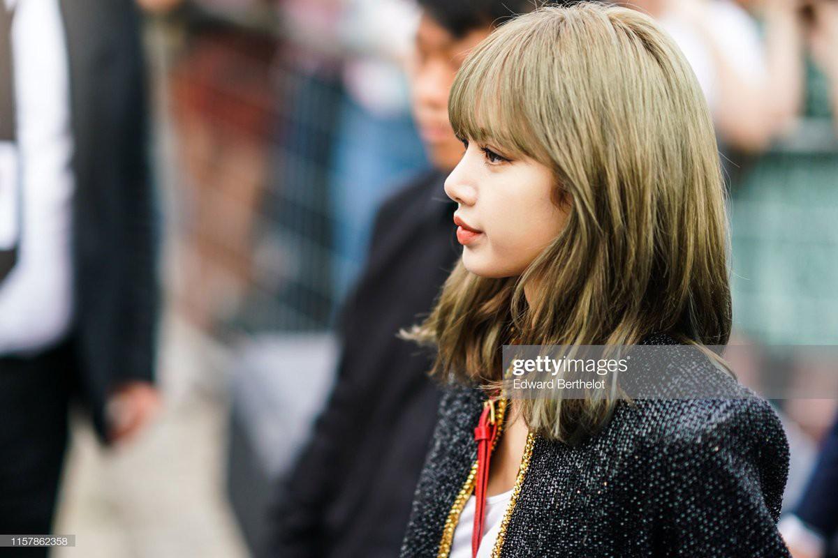 Muốn ná thở với bộ ảnh đẹp của Lisa tại sự kiện Paris: Lướt qua ống kính là thành bìa tạp chí, đôi chân mới khó tin - Ảnh 4.