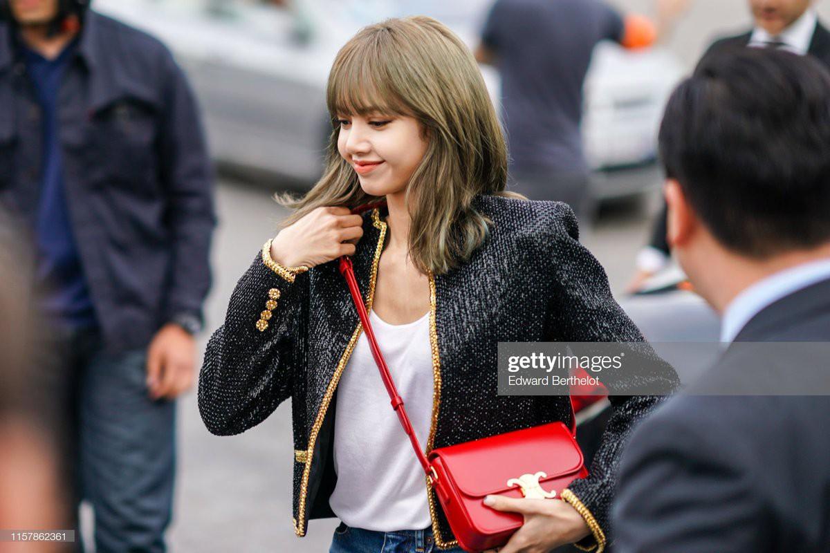 Muốn ná thở với bộ ảnh đẹp của Lisa tại sự kiện Paris: Lướt qua ống kính là thành bìa tạp chí, đôi chân mới khó tin - Ảnh 1.