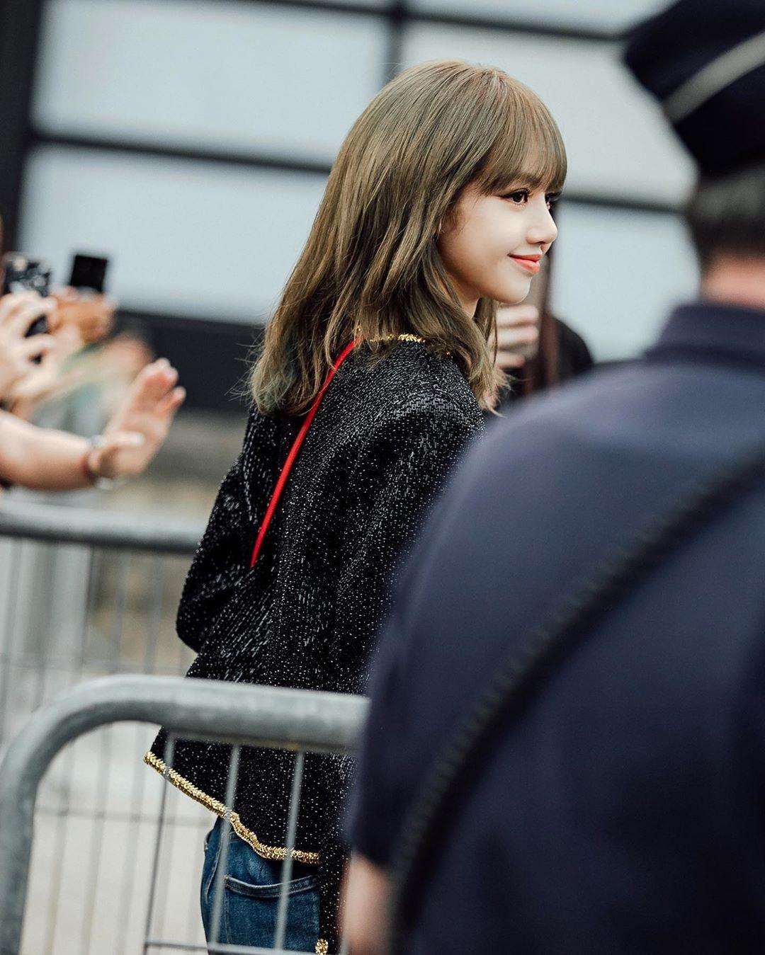 Muốn ná thở với bộ ảnh đẹp của Lisa tại sự kiện Paris: Lướt qua ống kính là thành bìa tạp chí, đôi chân mới khó tin - Ảnh 12.