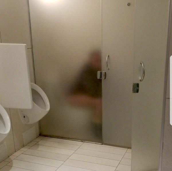 Thiết kế siêu thảm họa của các WC này khiến bạn tự nhủ thà nhịn còn hơn - Ảnh 2.