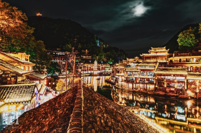 Kinh nghiệm du lịch Phượng Hoàng Cổ Trấn chỉ 13 triệu/người cho 9 ngày mà ở homestay đẹp, ăn uống tùy hứng - Ảnh 1.