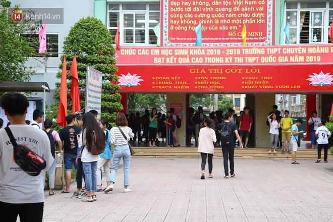 Khung cảnh tại điểm trường thi THPT chuyên Hoàng Văn Thụ - Hoà Bình (Ảnh: Vân Trang)