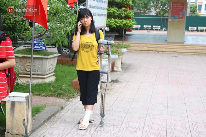 Bạn Nguyễn Huyền Trang (lớp 12 trường THPT Hoàng Văn Thụ) cho biết mình bị gãy chân khoảng nửa tháng nay. Việc này ảnh hưởng rất nhiều đến việc học của Trang, đặc biệt trong quá trình di chuyển. Mai là ngày thi nên Trang có chút lo lắng và hồi hộp. (Ảnh: Vân Trang)