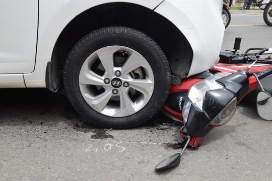 Nghi phạm buôn bán ma tuý lái ô tô tông và kéo lê xe máy của trinh sát - Ảnh 2.