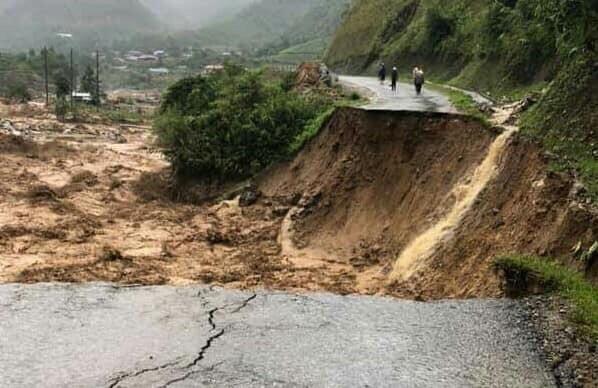 Lũ lớn vặn nghiêng cầu treo qua suối ở Sa Pa, gây sạt lở đường nghiêm trọng ở Lai Châu - Ảnh 3.