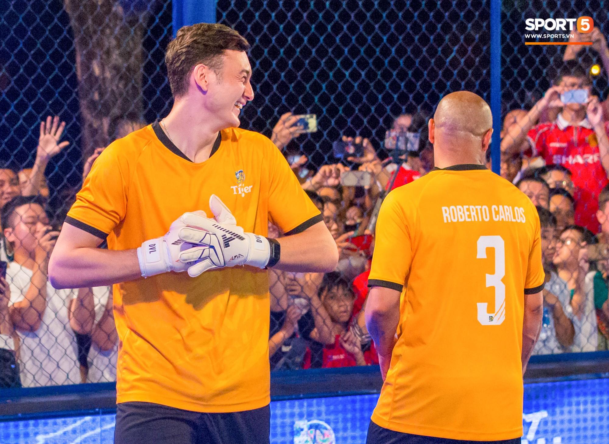 Phát sốt với khoảnh khắc huyền thoại bóng đá thế giới bày trò trêu khiến Lâm Tây cười như được mùa - Ảnh 4.