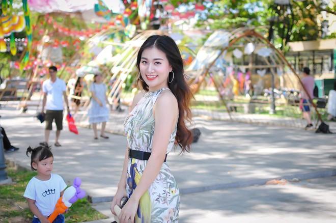 Nữ giám thị xinh đẹp gây chú ý tại điểm thi THPT Quốc gia ở Nghệ An, profile khủng của cô càng khiến mọi người kinh ngạc - Ảnh 2.