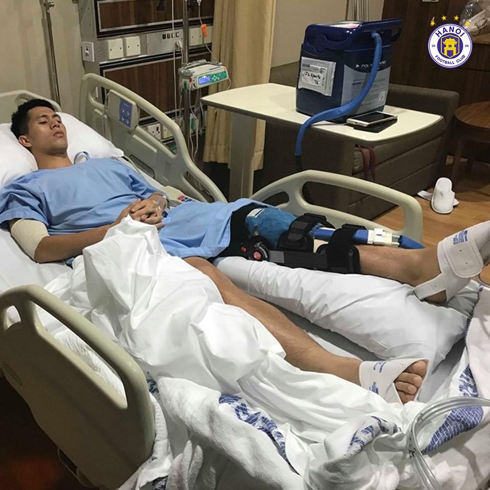 Những hình ảnh đầu tiên của Đình Trọng sau phẫu thuật đứt dây chằng khiến fan không khỏi xót xa - Ảnh 1.