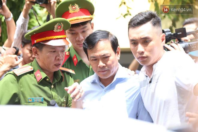 Tòa yêu cầu điều tra làm rõ tay trái của ông Nguyễn Hữu Linh có chạm vào bé gái trong thang máy không - Ảnh 1.