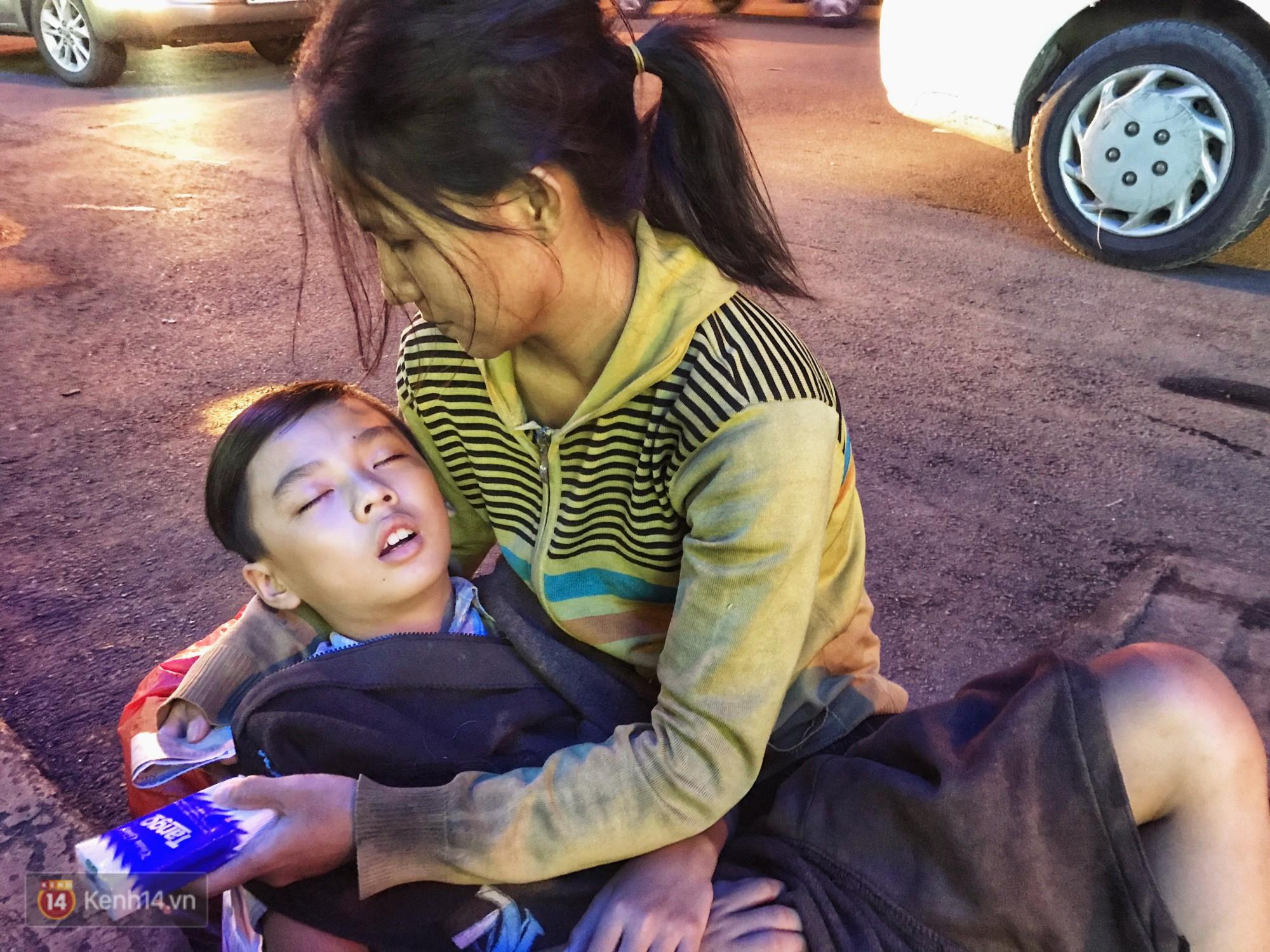 Phía sau bức ảnh cậu bé học bài trên vỉa hè cạnh chợ Bến Thành Sài Gòn: Không giấy tờ, không nhà cửa thì đi học làm sao... - Ảnh 7.