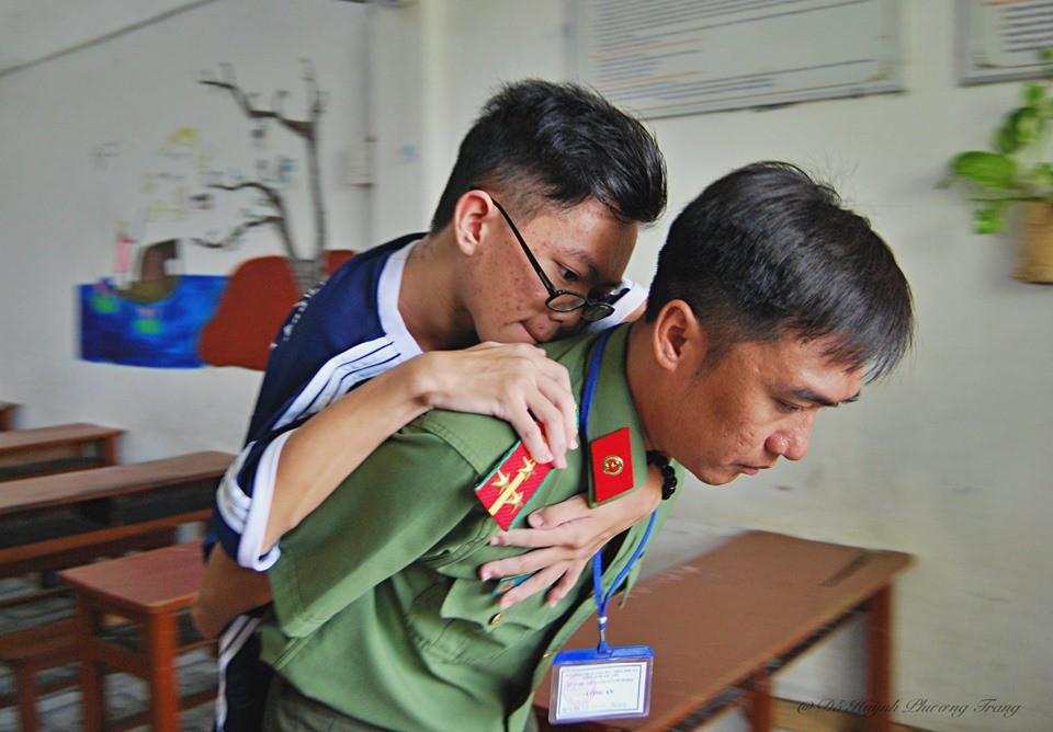 Xúc động hình ảnh chiến sĩ công an cõng thí sinh tàn tật đi thi: Anh sẽ làm đôi chân của em, em chỉ cần thi tốt thôi - Ảnh 5.