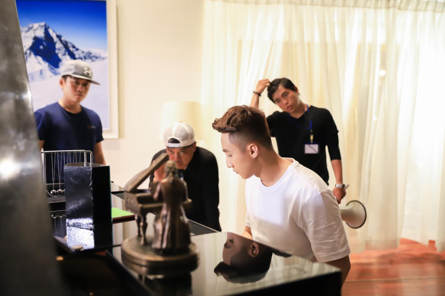"""Lộ ảnh hậu trường của Sơn Tùng M-TP và đạo diễn """"triệu đô"""" Em chưa 18 trong dự án mới của GO-VIET - Ảnh 1."""