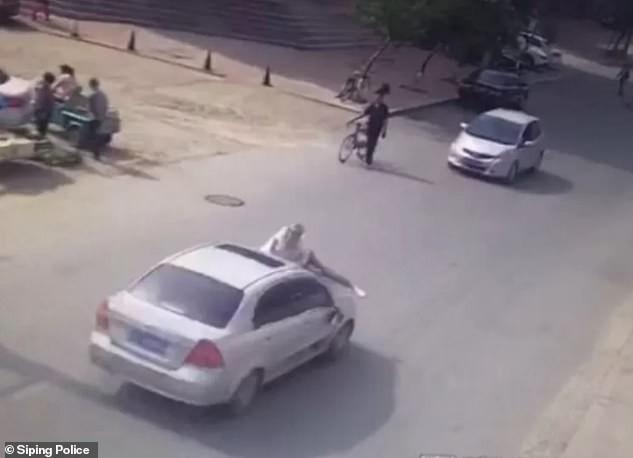 Thấy vợ ngồi trong xe ô tô với trai lạ, người đàn ông điên cuồng đánh ghen bất chấp nguy hiểm tính mạng của chính mình - Ảnh 2.
