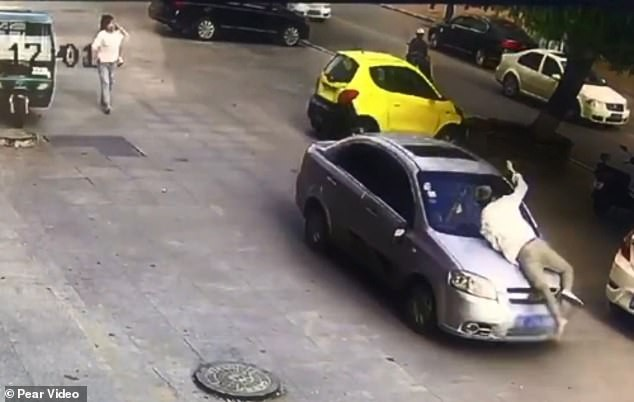 Thấy vợ ngồi trong xe ô tô với trai lạ, người đàn ông điên cuồng đánh ghen bất chấp nguy hiểm tính mạng của chính mình - Ảnh 5.
