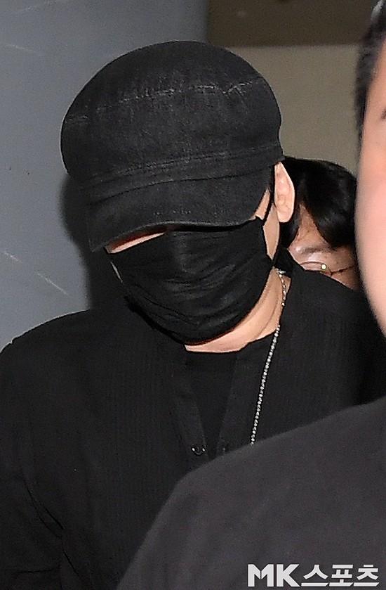 NÓNG: Cựu chủ tịch YG lần đầu trình diện cảnh sát vào nửa đêm, đeo khẩu trang trốn truyền thông bằng lối ra hầm đỗ xe - Ảnh 6.
