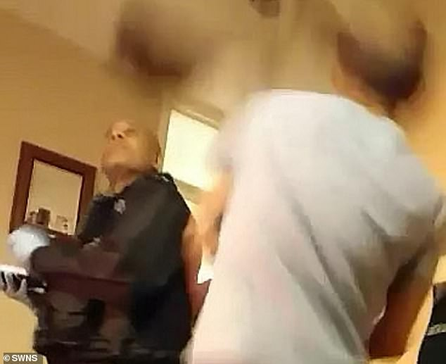 Bị truy đuổi, tội phạm trốn lên mái nhà nhưng lại làm sập trần trúng ngay anh cảnh sát - Ảnh 1.