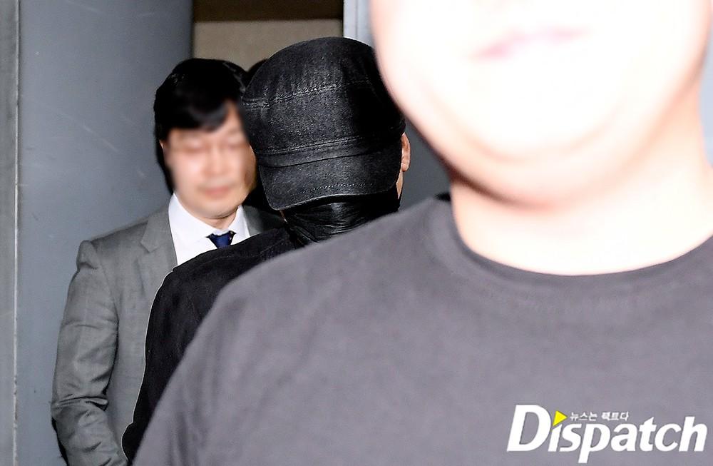 NÓNG: Cựu chủ tịch YG lần đầu trình diện cảnh sát vào nửa đêm, đeo khẩu trang trốn truyền thông bằng lối ra hầm đỗ xe - Ảnh 3.