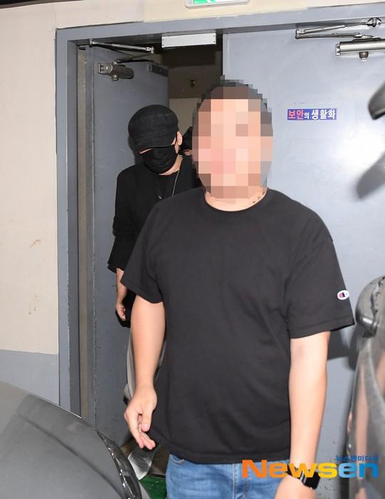 NÓNG: Cựu chủ tịch YG lần đầu trình diện cảnh sát vào nửa đêm, đeo khẩu trang trốn truyền thông bằng lối ra hầm đỗ xe - Ảnh 1.