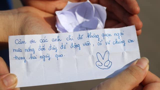 Mát lòng với bông hoa giấy cùng tâm thư cảm ơn ngọt lịm của cô nàng thí sinh gửi các sinh viên tình nguyện sau 2 ngày thi THPT Quốc gia - Ảnh 2.