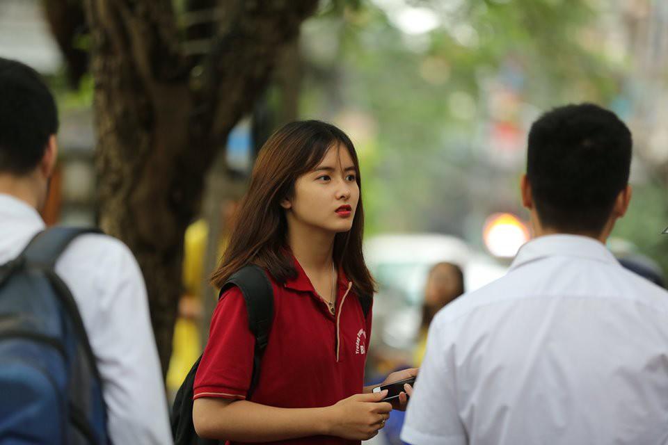 Vô tình lọt vào ống kính phóng viên tại điểm thi THPT, gái xinh liên tục nhận được câu hỏi: Idol Hàn nào đi lạc tới đây? - Ảnh 1.
