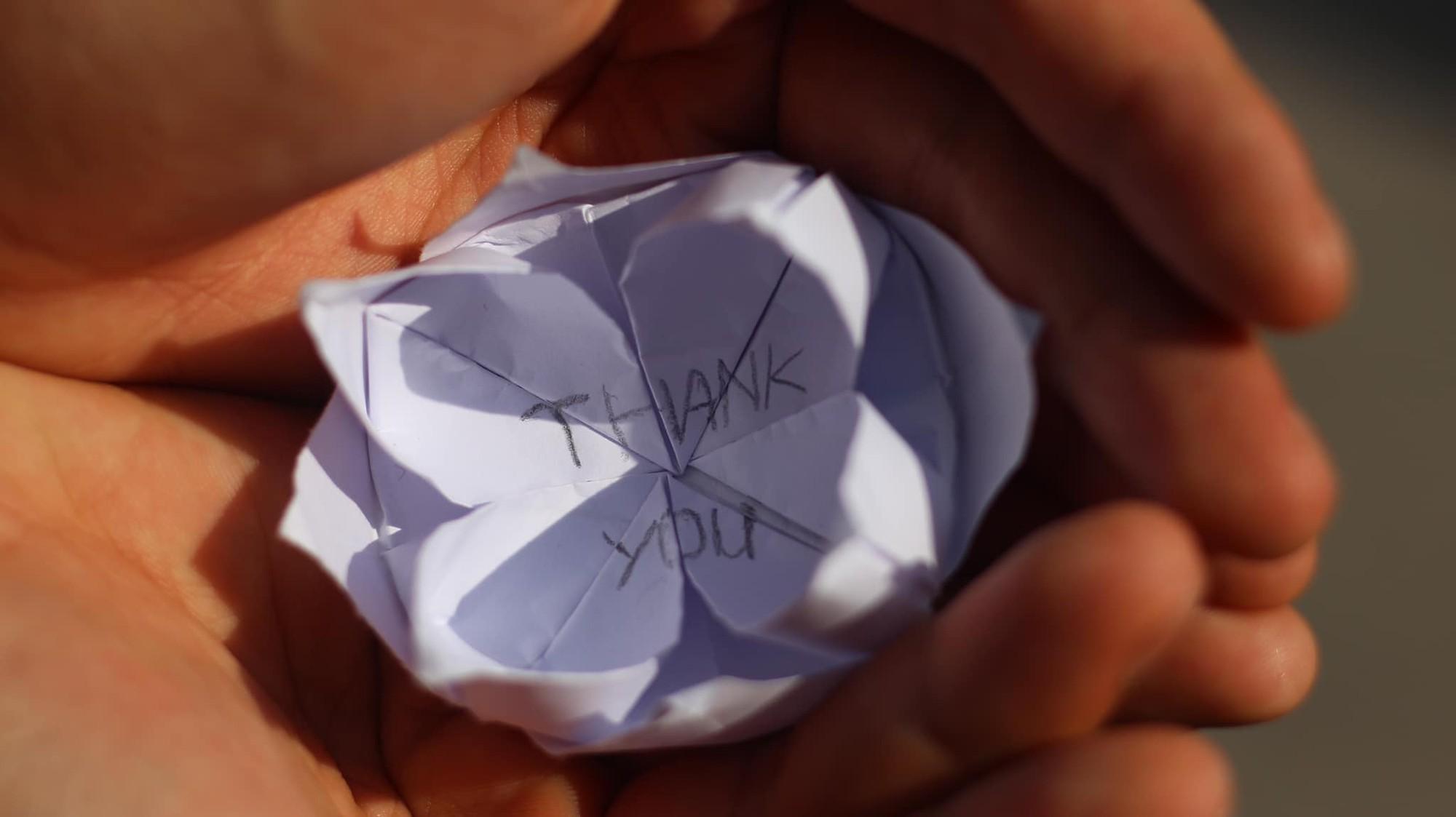 Mát lòng với bông hoa giấy cùng tâm thư cảm ơn ngọt lịm của cô nàng thí sinh gửi các sinh viên tình nguyện sau 2 ngày thi THPT Quốc gia - Ảnh 3.