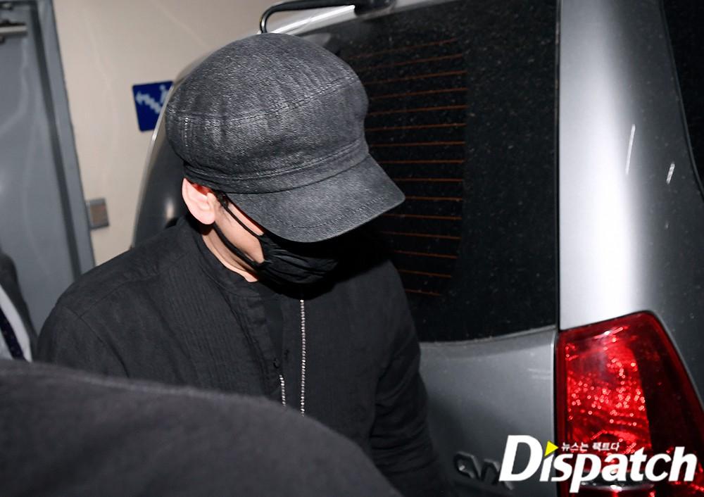 NÓNG: Cựu chủ tịch YG lần đầu trình diện cảnh sát vào nửa đêm, đeo khẩu trang trốn truyền thông bằng lối ra hầm đỗ xe - Ảnh 4.