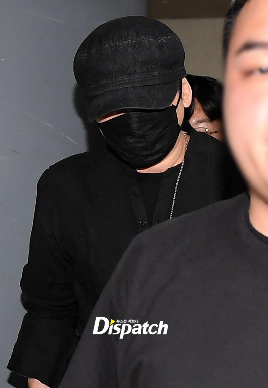 NÓNG: Cựu chủ tịch YG lần đầu trình diện cảnh sát vào nửa đêm, đeo khẩu trang trốn truyền thông bằng lối ra hầm đỗ xe - Ảnh 5.